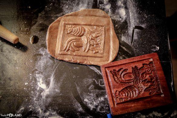 Zabawa tradycyjnymi formami do pieczenia